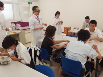 鍼灸実技体験では実際に鍼と灸の練習用キットを使って体験