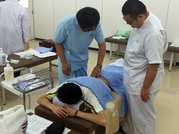 腎兪穴の取り方を先生と共に確認中。