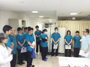 ▼実際に治療現場を見学し興味津々の学生さん達。