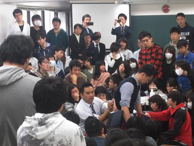 学生たちも興味深々です